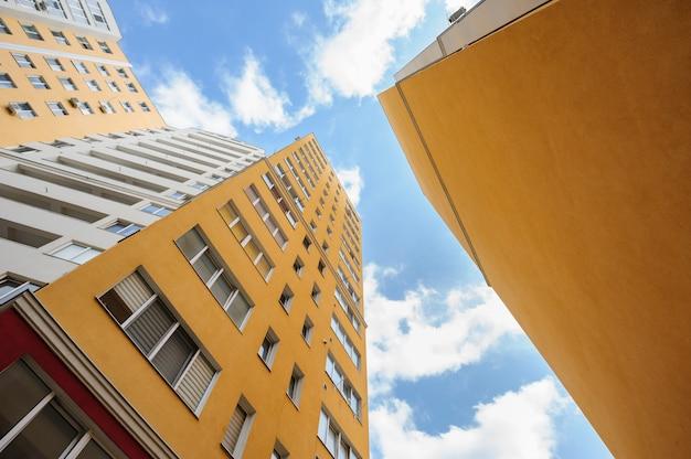 Tiro de grande angular de novos edifícios residenciais