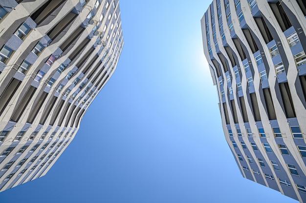 Tiro de grande angular do exterior de edifícios de novos apartamentos