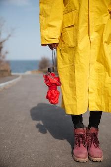 Tiro de guarda-chuva e pernas de mulher