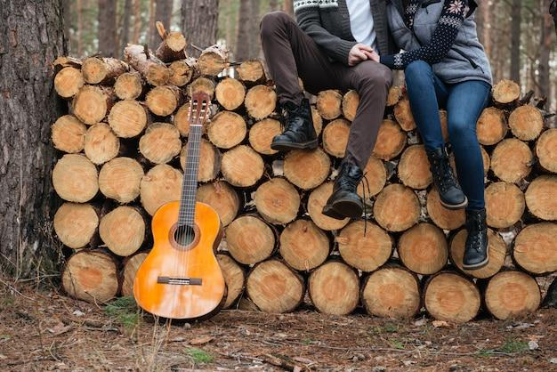 Tiro de guitarra e pernas de mulher e homem em