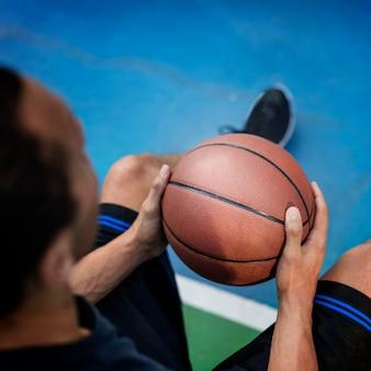 Tiro de jogador de basquete jovem