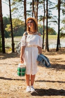 Tiro de mulher em pé de vestido branco