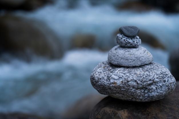 Tiro de pedras grandes e pequenas empilhadas umas sobre as outras em equilíbrio