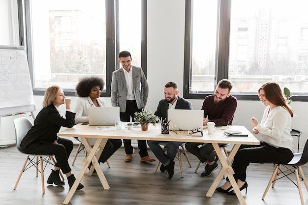 Tiro de pessoas de negócios em reunião