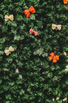 Tiro de quadro completo de decorações de natal na árvore de natal.