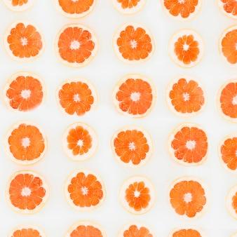 Tiro de quadro completo de fatias de grapefruit em uma linha