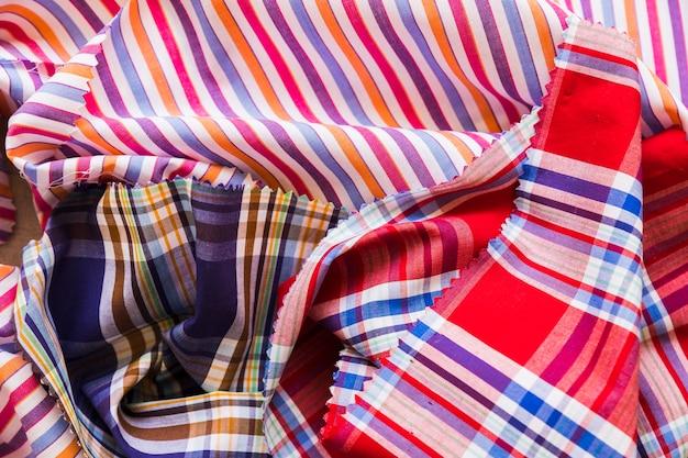 Tiro de quadro completo de têxteis de padrão de listras amassadas