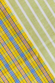 Tiro de quadro completo de têxteis de padrão quadriculada e linha