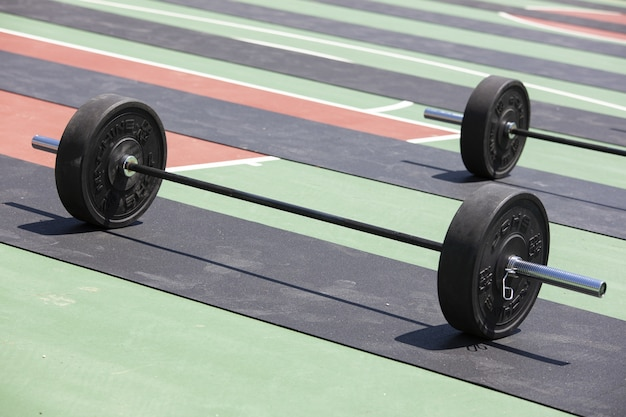 Tiro de várias barras carregadas com placas de peso prontas para levantamento de peso