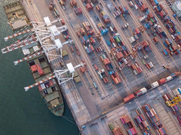 Tiro de vista aérea de exportação de portos comerciais e importação de mercadorias e milhares de contêineres no porto