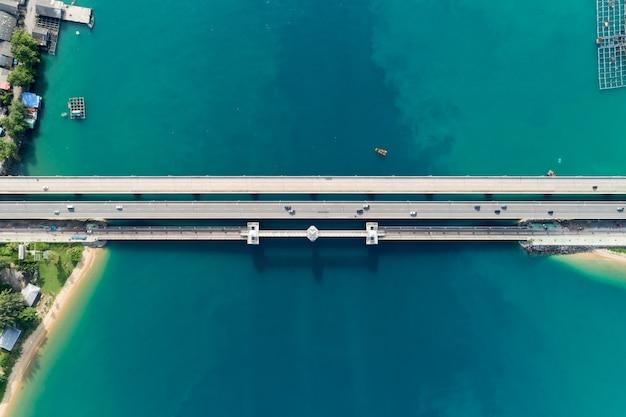 Tiro de zangão aéreo vista superior da ponte com carros na estrada da ponte