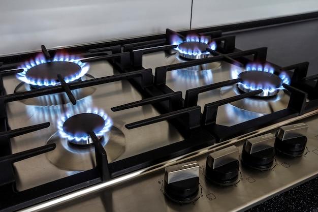Tiro do close up do fogo do fogão de cozinha do gás.