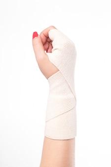 Tiro do estúdio pulsos femininos amarrados com um curativo elástico