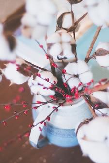 Tiro do foco seletivo do close up de uma flor bonita do algodão