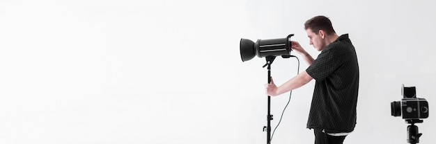 Tiro do homem com câmeras e cópia espaço