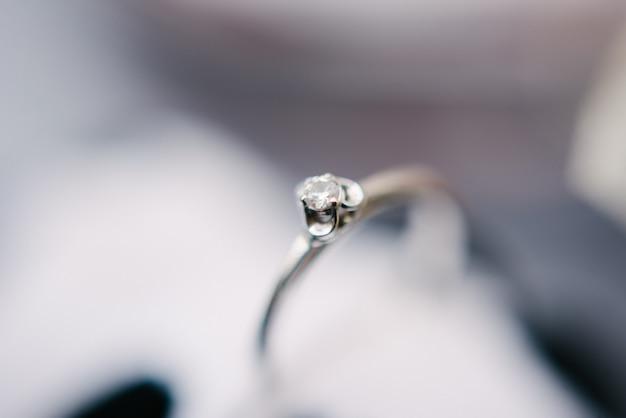 Tiro do macro do close-up das alianças de casamento. anéis da noiva e do noivo