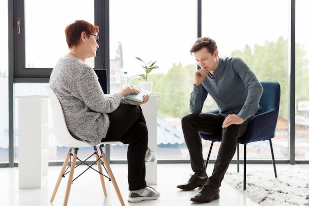 Tiro do paciente e psicólogo
