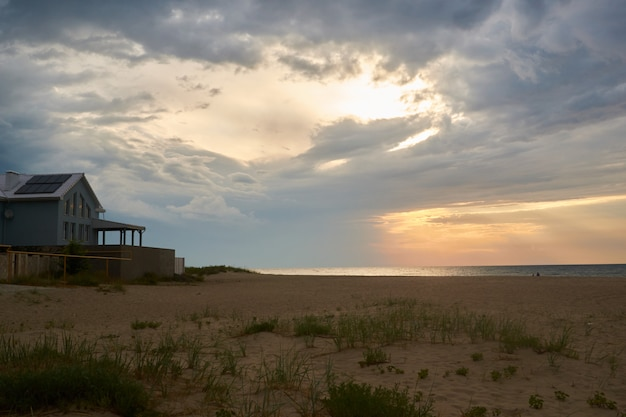 Tiro do por do sol e do por do sol da praia. céu dramático com nuvens