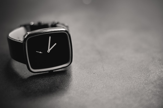 Tiro em escala de cinza de um relógio preto