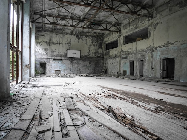 Tiro em um ginásio em ruínas e deserto na área ao redor de chernobyl