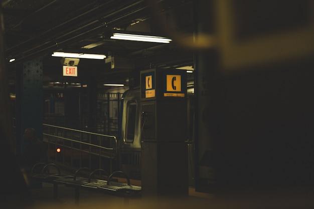 Tiro escuro de uma cabine telefônica em uma estação de metrô
