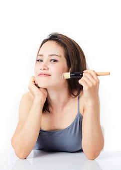 Tiro estúdio, mulher jovem, maquiagem aplicando