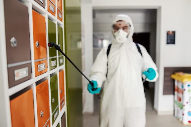 Tiro focado em um bico com produtos químicos no colorido vestiário da academia