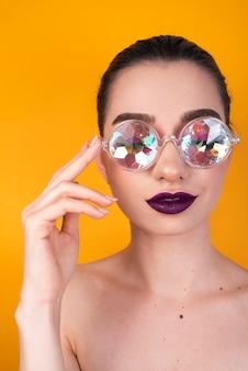 Tiro frontal de mulher com óculos