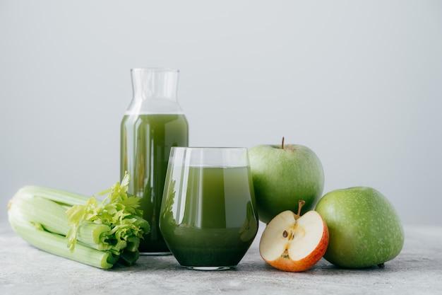 Tiro horizontal de maçãs recém-misturadas e certamente para uma alimentação saudável.