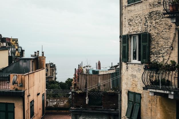 Tiro horizontal de um bairro com apartamentos antigos sob o céu azul claro
