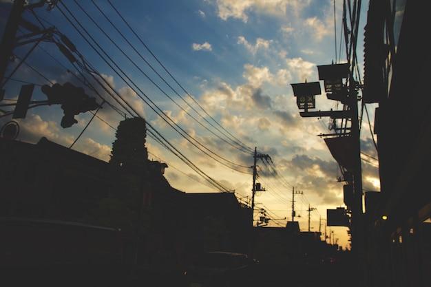 Tiro horizontal de uma rua em kawagoe, japão durante o pôr do sol com o céu