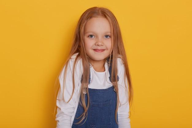 Tiro horizontal do cabelo loiro de criança menina bonita
