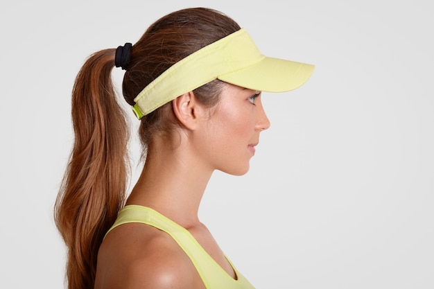 Tiro indoor de tenista pensativo fica de lado