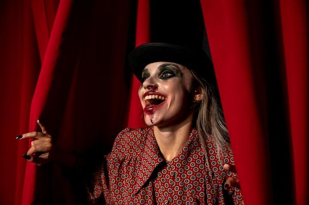 Tiro intenso de uma mulher de maquiagem de halloween rindo
