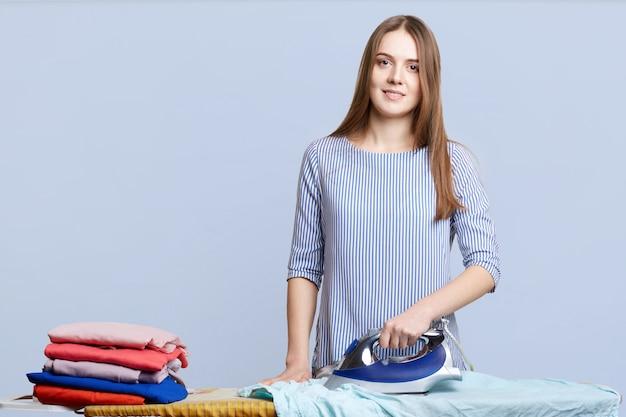 Tiro isolado de trabalhadora feminina ocupada com o trabalho de casa