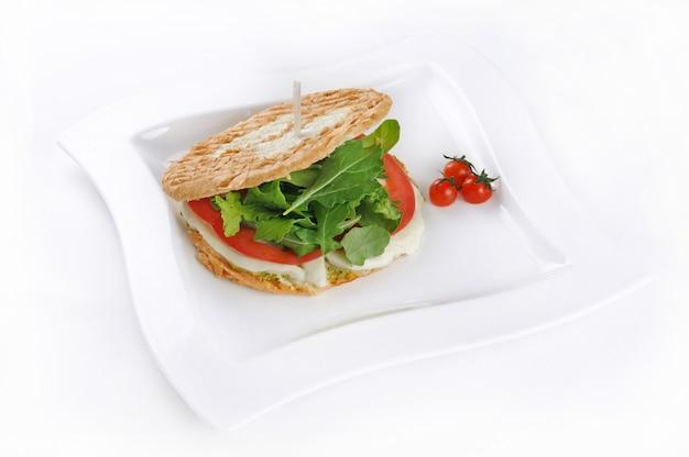 Tiro isolado de um sanduíche com tomate e mussarela