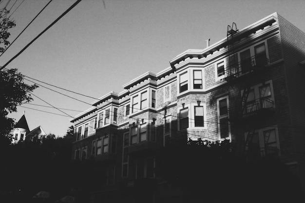 Tiro largo vertical da bela arquitetura de uma cidade urbana em um dia ensolarado