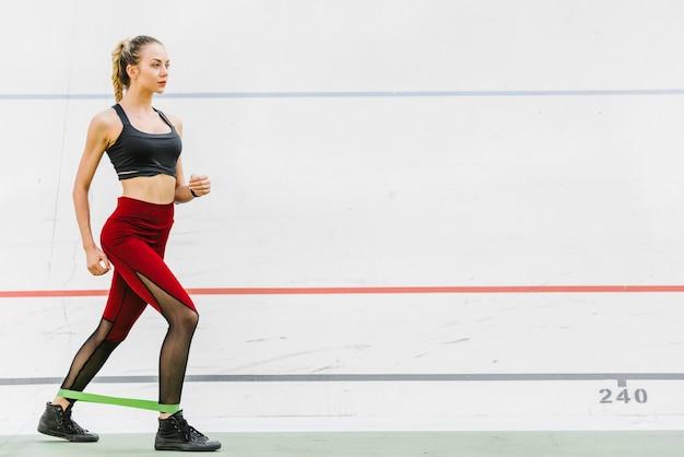 Tiro longo, de, atleta, com, faixa elástica
