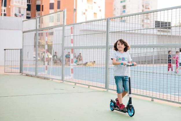 Tiro longo, de, criança, ligado, scooter