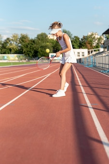 Tiro longo, de, menina, jogando tênis