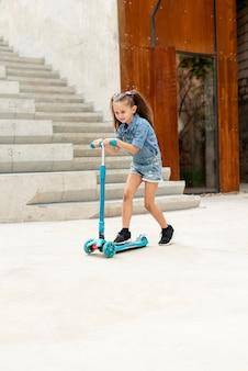 Tiro longo, de, menina, ligado, azul, scooter