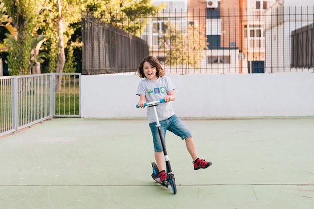 Tiro longo, de, menino, ligado, scooter