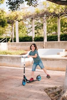 Tiro longo, de, menino, tocando, parque