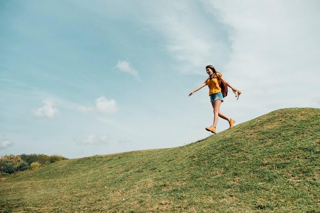 Tiro longo, de, mulher, descendendo, um, colina