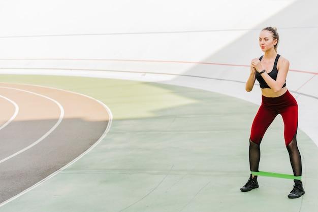 Tiro longo, de, mulher, fazendo, exercícios