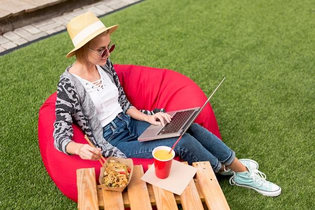 Tiro longo, de, mulher olha, em, laptop