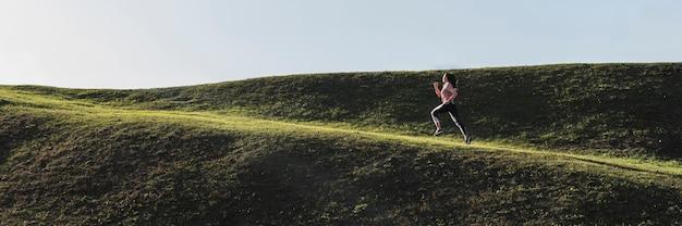 Tiro longo feminino correndo ao ar livre