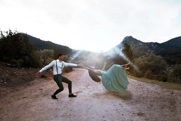 Tiro longo, homem, segurando, levitando, mulher