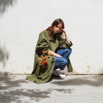 Tiro longo, moda, mulher, agachando-se