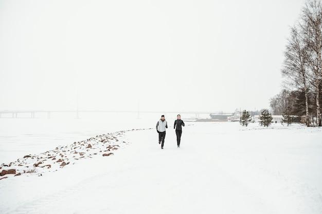 Tiro longo pessoas correndo na natureza